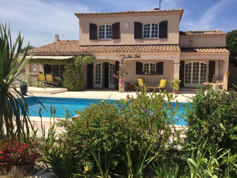 LS1-275 AGLANIE, Beautiful rental close to the shops by foot, in Aureille, location de vacances à Eyguières