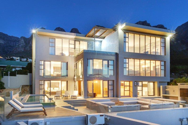 Bakoven Villa Sleeps 12 with Pool and Air Con - 5400288, location de vacances à Camps Bay