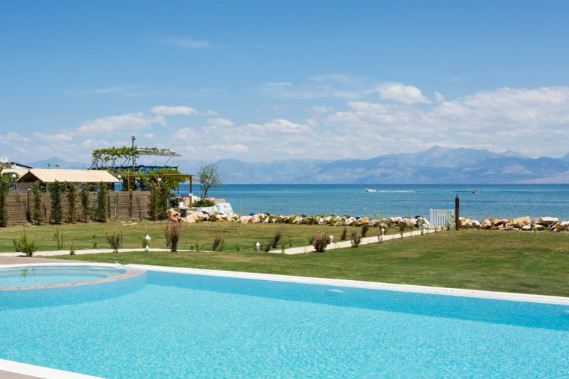 Roda Villa Sleeps 12 with Pool and Air Con - 5364675, vacation rental in Peroulion