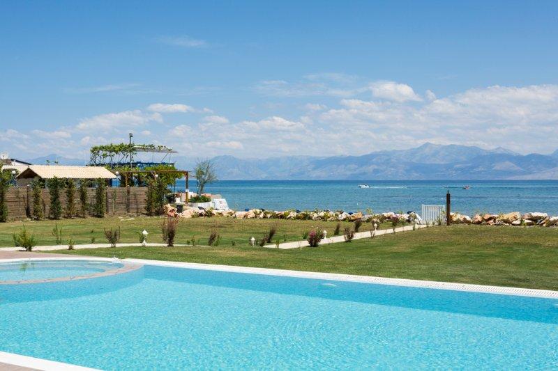 Roda Villa Sleeps 12 with Pool and Air Con - 5364675, location de vacances à Peroulion