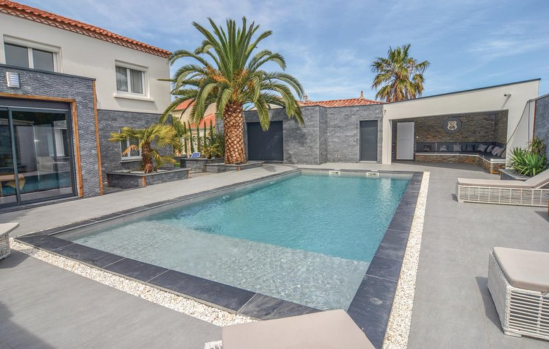 Amazing home in Le Grau d'Agde with WiFi and 5 Bedrooms (FLH193), holiday rental in La Tamarissiere