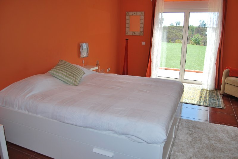 Buddha Peaceful Oasis - Suite Laranja, holiday rental in Vendas Novas