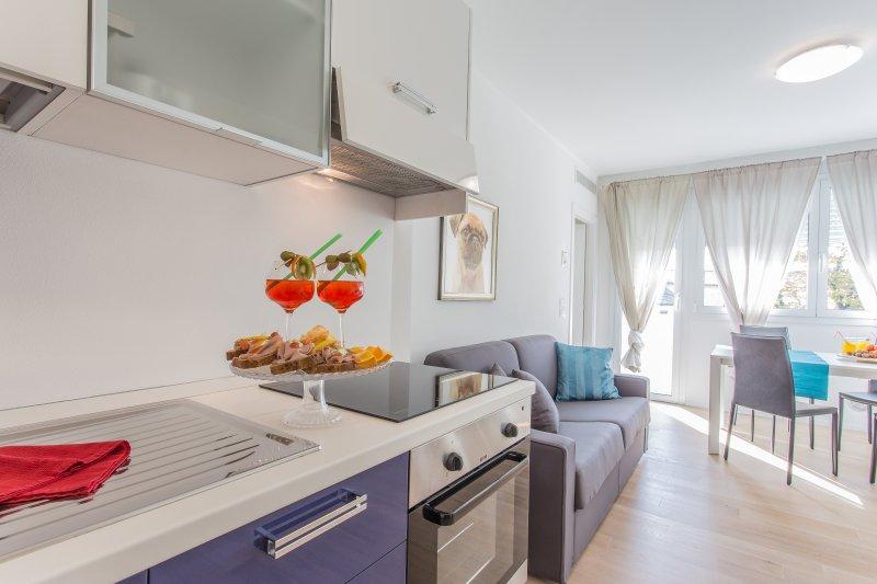 cozinha completa com forno, chaleira e torradeira.