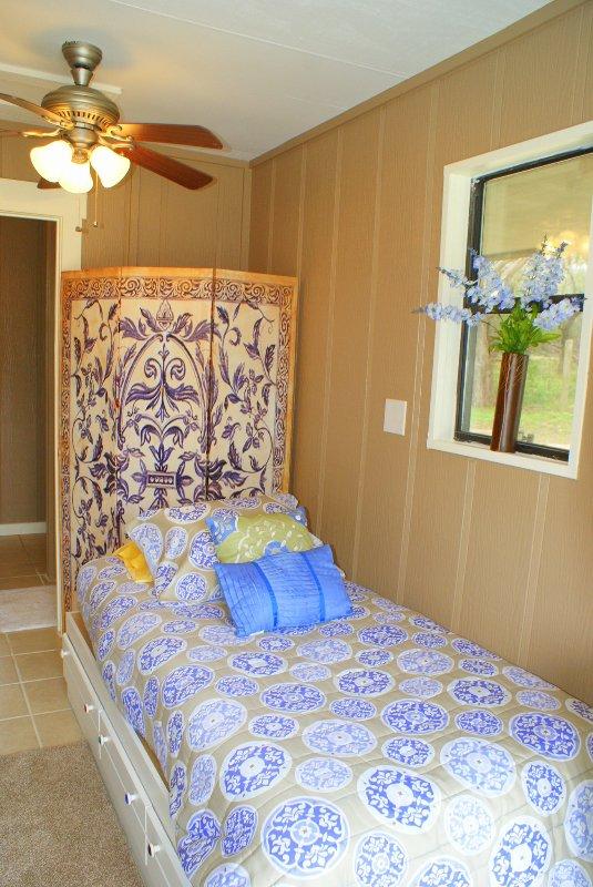 A casa da piscina também tem uma cama de casal para hóspedes extra.