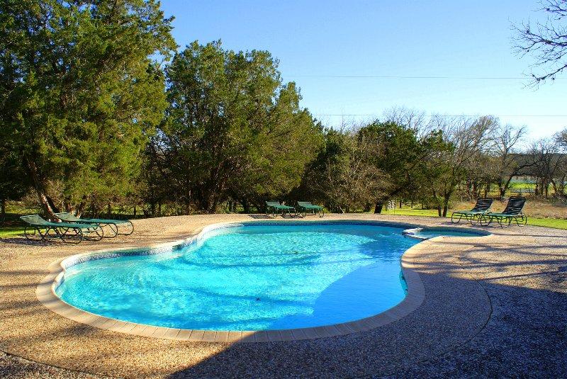 Absorver os raios na piscina espumante!