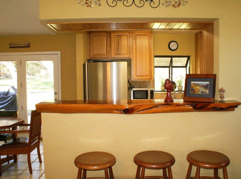 assento bar para 3 olhando para a cozinha da sala de estar