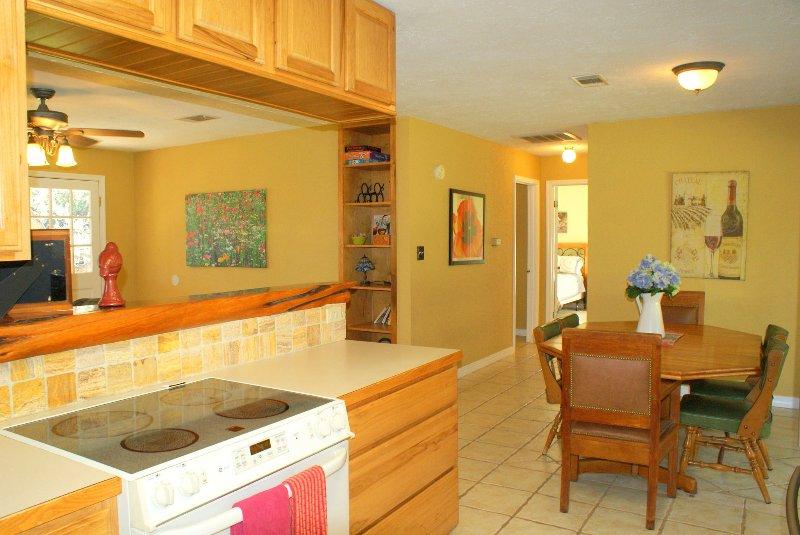 A vista da cozinha do salão em direção aos quartos