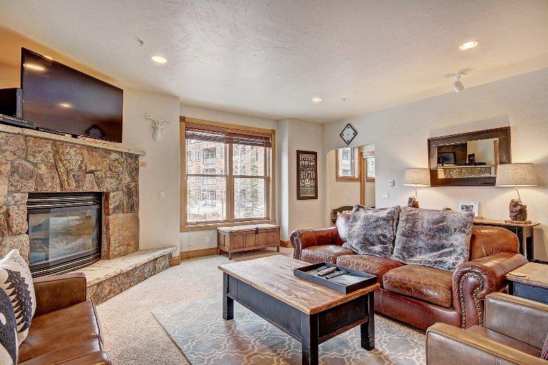 Living Room - Das Wohnzimmer verfügt über einen Gas-Kamin und Flachbild-TV.