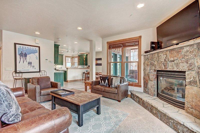 """SkyRun Immobilien - """"201 Mill Creek (72 River Run Road)"""" - Wohnzimmer - Das Wohnzimmer ist mit komfortablen Ledermöbeln."""