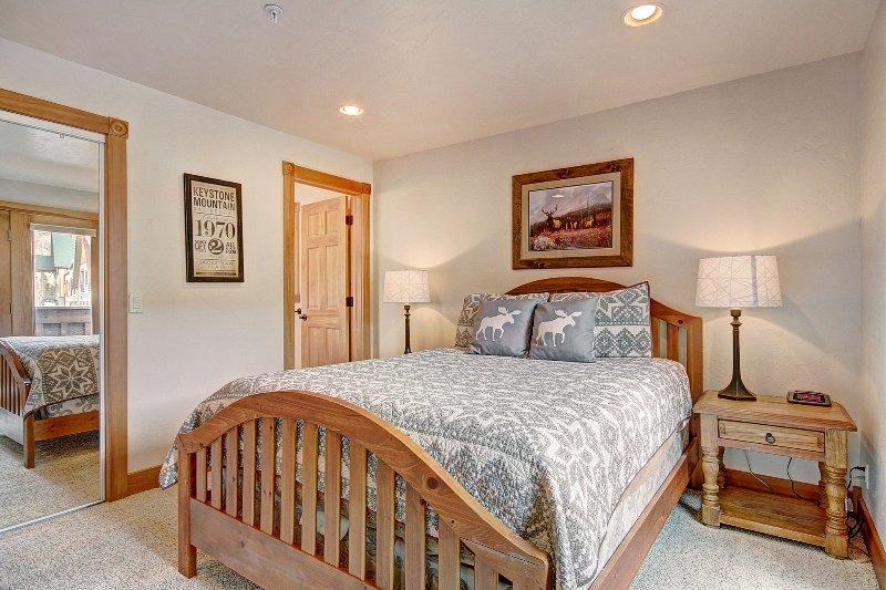 Gästezimmer - Das Gästezimmer verfügt über ein Queen-Size-Bett und eine eigene Terrasse.