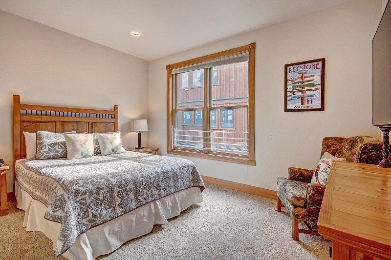 Gästezimmer - Die Gäste-Schlafzimmer auf der unteren Ebene verfügt über ein Queen-Size-Bett.