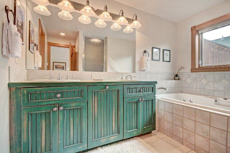 Ensuite-Badezimmer - Doppelwaschtisch mit einer riesigen Badewanne und ebenerdiger Dusche.