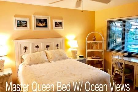 Dormitorio principal con palmeras y vistas al mar! Ventilador de techo, aire acondicionado, Wi-Fi privada