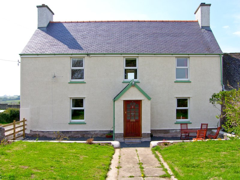 THE FARMHOUSE, family accommodation, woodburner, pet-friendly, near Newborough, holiday rental in Dwyran
