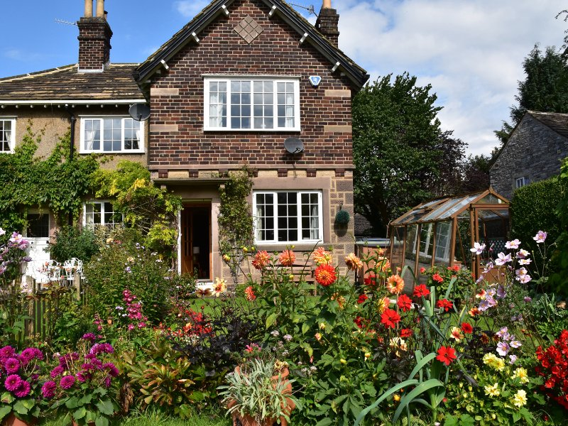 WILLOW COTTAGE, south-facing garden, Peak District National Park, Bakewell 2, holiday rental in Ashford-in-the-Water