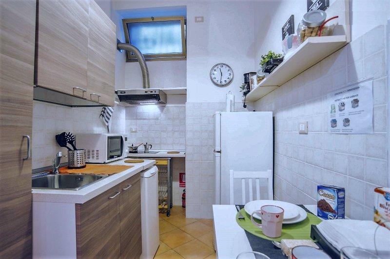 Voll ausgestattete Küche für kochen und essen