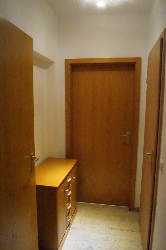 2.Diele, avec une commode, porte à la première chambre à coucher, cuisine