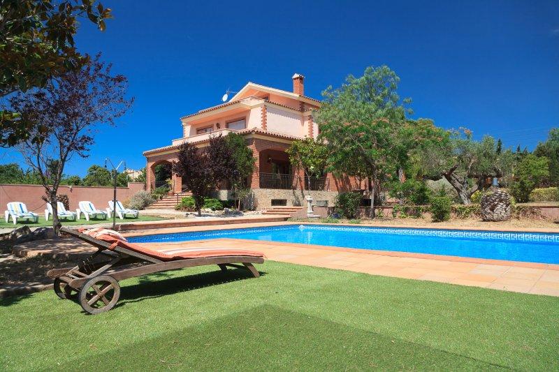 VILLA BOTARELL con gran jardín y piscina privada, aluguéis de temporada em Vilaplana