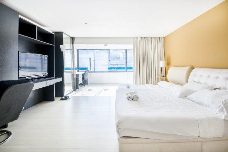 Ruime slaapkamer met grote werkruimte en een tv