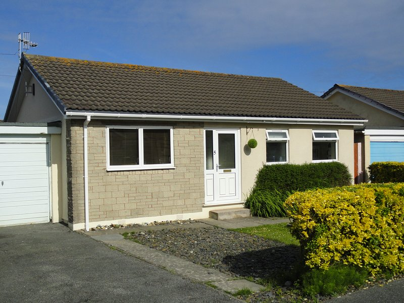 Beautiful Bungalow, close to the beach, pet friendly, 3 bedrooms, sleeps 6, vacation rental in Fairbourne