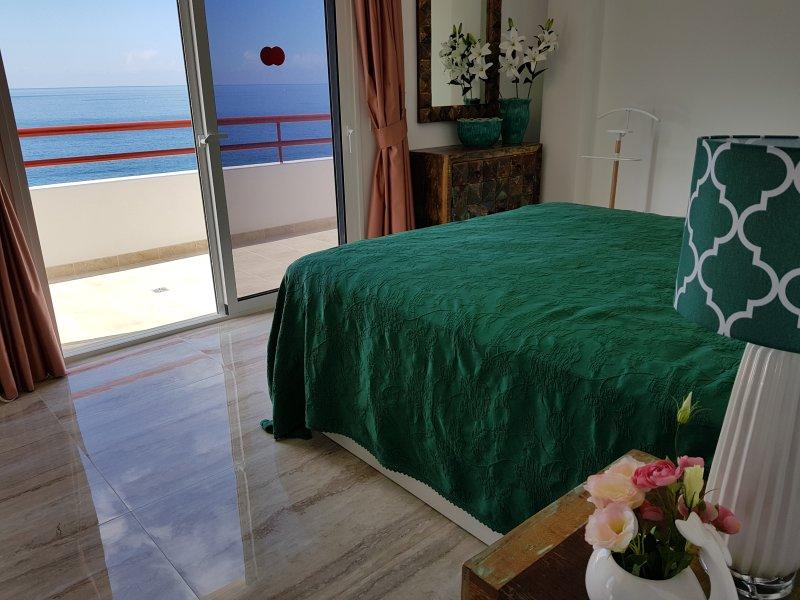 STUNNING SUNSET VIEW BEACHFRONT APARTMENT !NEW!, holiday rental in Puerto de Santiago