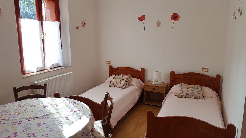 Première chambre avec deux lits simples