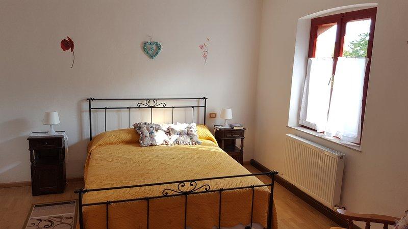 Première chambre avec un lit double