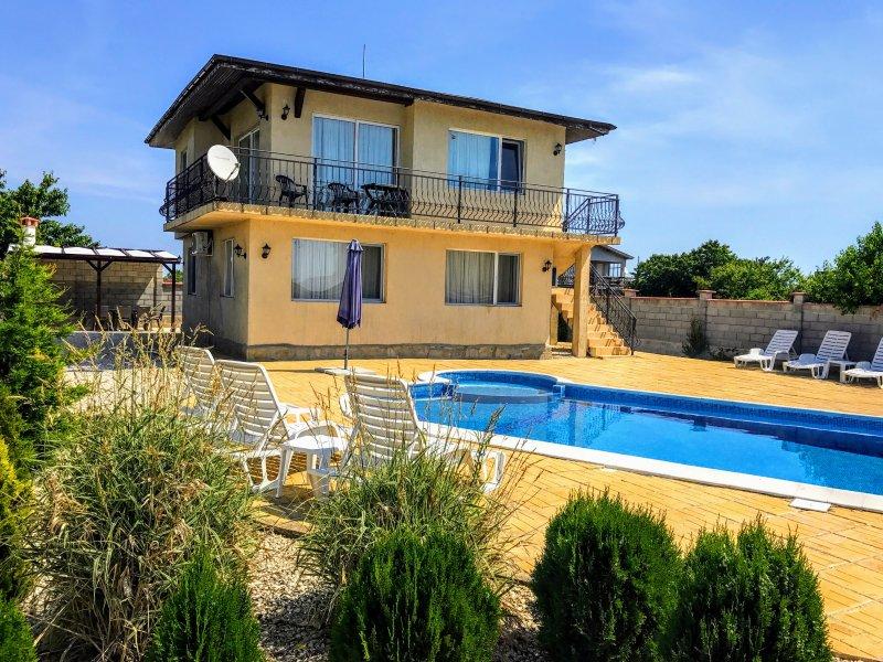 Villa Golden Crown 1km from Black Sea Rama Golf., location de vacances à Kamen Bryag