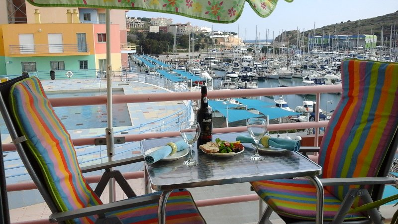 FRONT LINE APARTMENT ON MARINA, SPACIOUS,STUNNING VIEWS, POOL, vacation rental in Albufeira