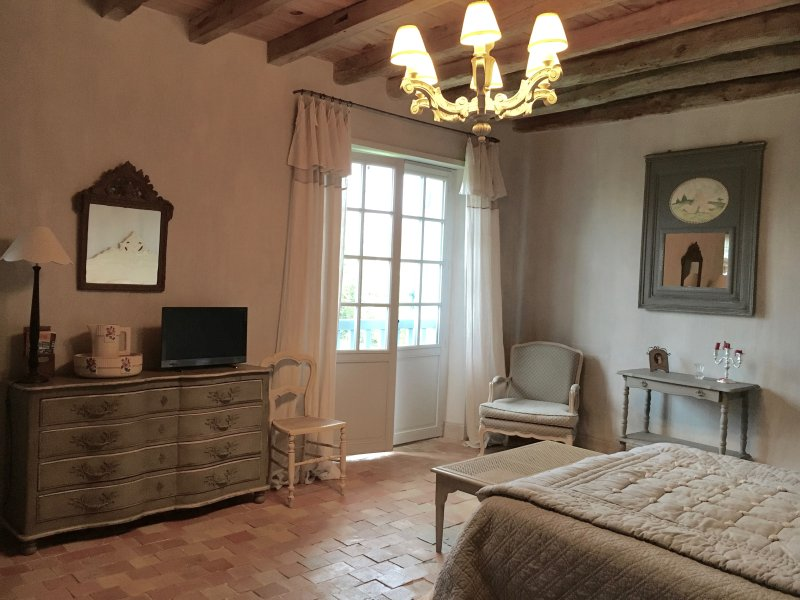 Chambre d'hôtes les Volets Bleus Chambre confort supérieur, holiday rental in Villefranque