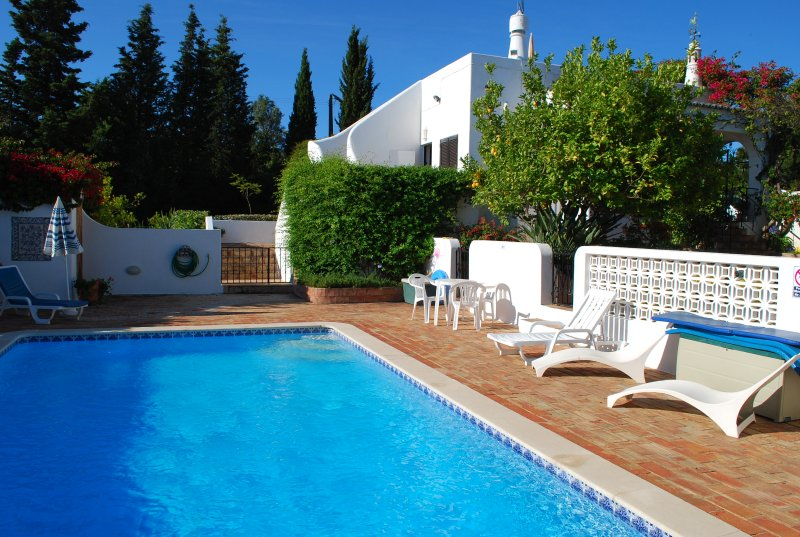 Charming Villa In Secluded Terraced Gardens With Private Heated Pool, holiday rental in Carvoeiro