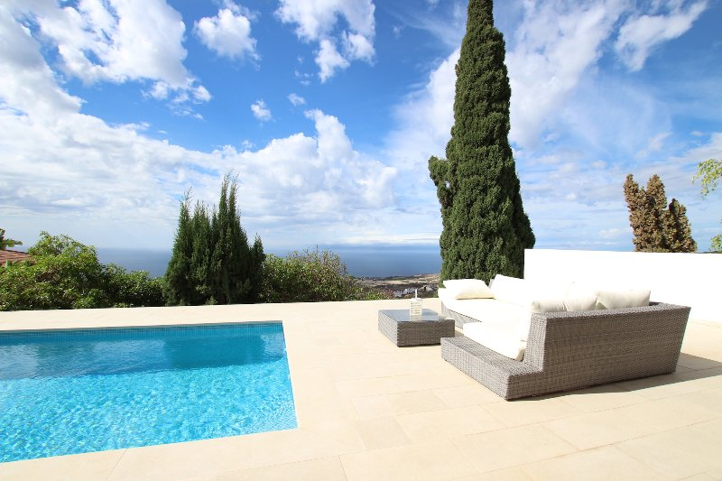 Beautiful Villa for 4 people, private heated pool, WiFi, 9 minutes from beach, holiday rental in Barrio Los Menores