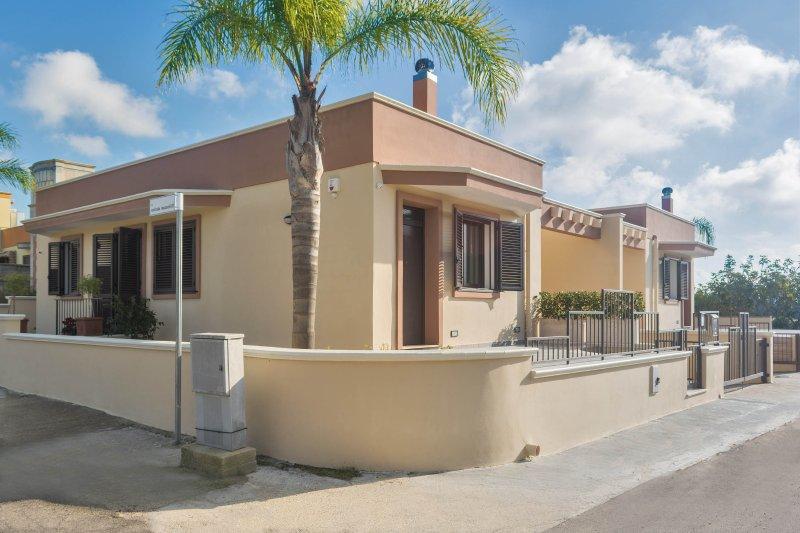 villa di nuova costruzione vicino Gallipoli 4/6 posti letto, box auto, giardino, holiday rental in San Simone