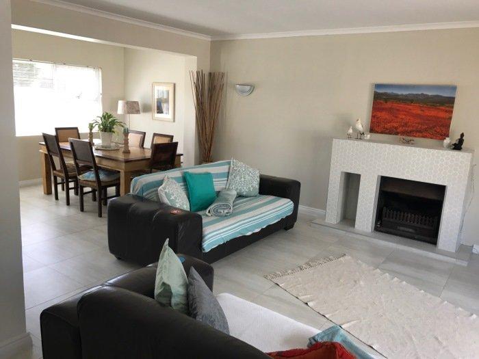 Wohn-und Esszimmer in Selbstversorger-Unterkunft in Kapstadt