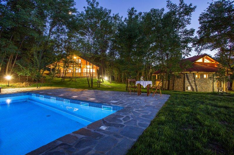 gli chalet in prima serata vicino alla piscina ...