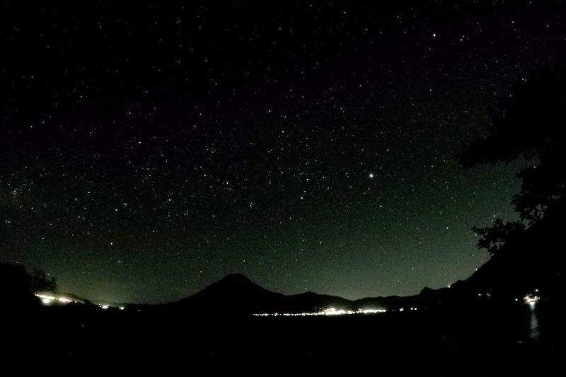 noche estrellada, Lago Atitlán ofrece gran cielo donde se puede disfrutar de la caída de las estrellas fugaces