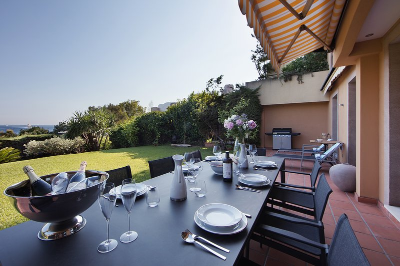 Monaco Country Park 2 bedroom garden apartment with pool close to beach, location de vacances à Roquebrune-Cap-Martin