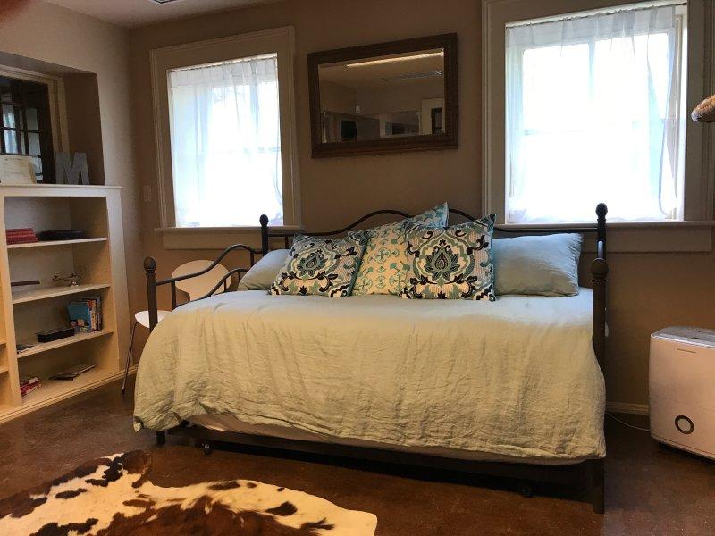Dag bed is zeer comfortabel en heeft een pull out, het toevoegen van 2 eenpersoonsbedden naar het appartement.