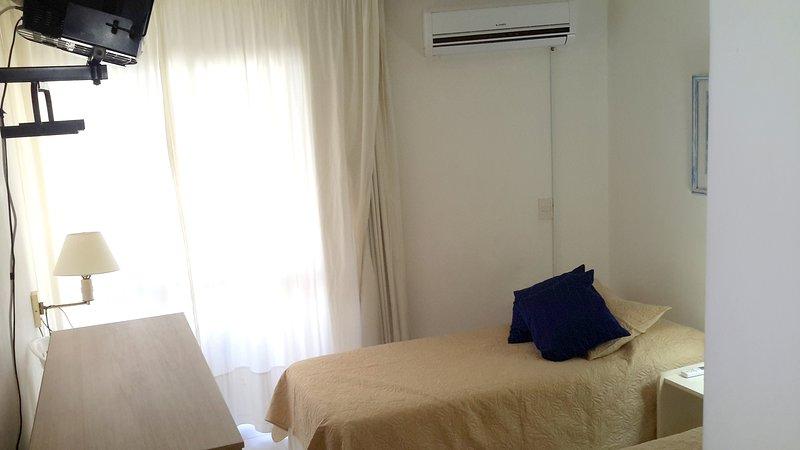 Habitación secundaria. Split de aire acondicionado, televisor y salida al balcón