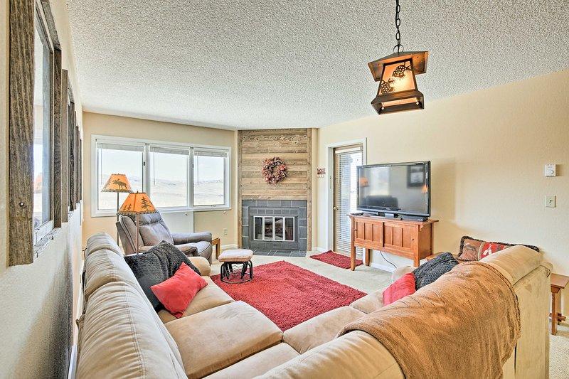 Få bort till Granby Ranch på denna 2-sovrum, 2-badrum semesterboende lägenhet.