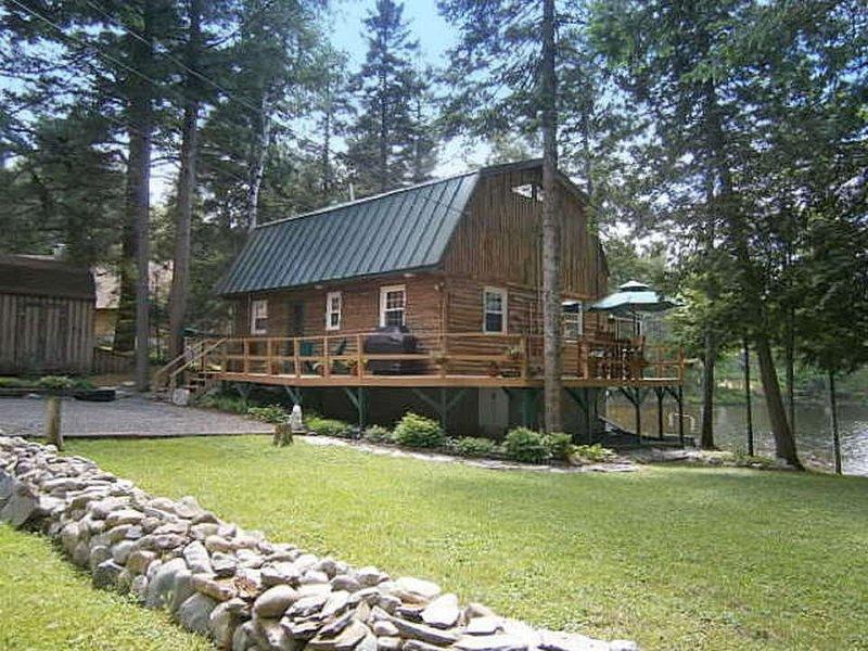 Beautiful lakeside log cabin.
