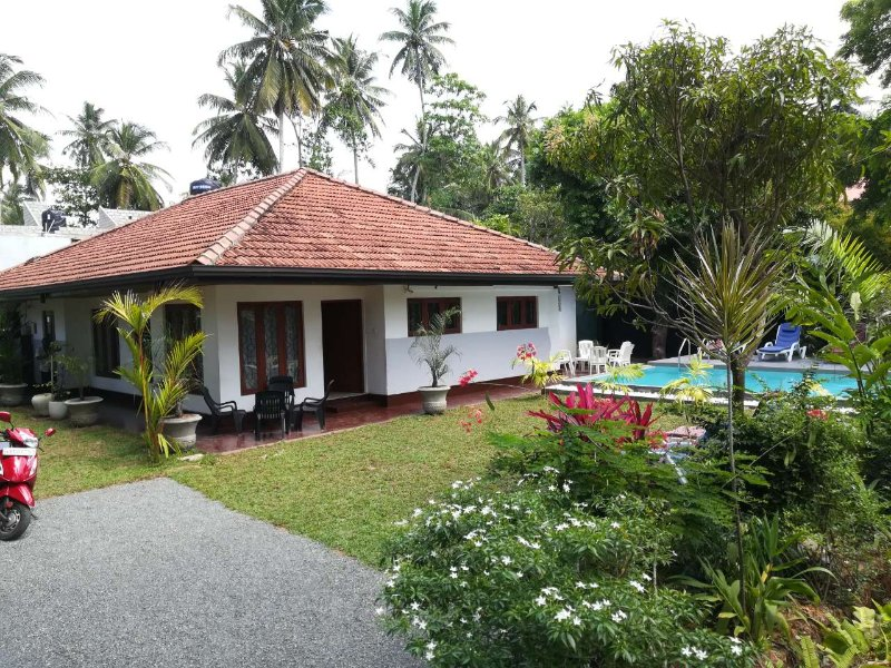 JayaVilla 4 AC BR Holiday Villa, holiday rental in Hikkaduwa
