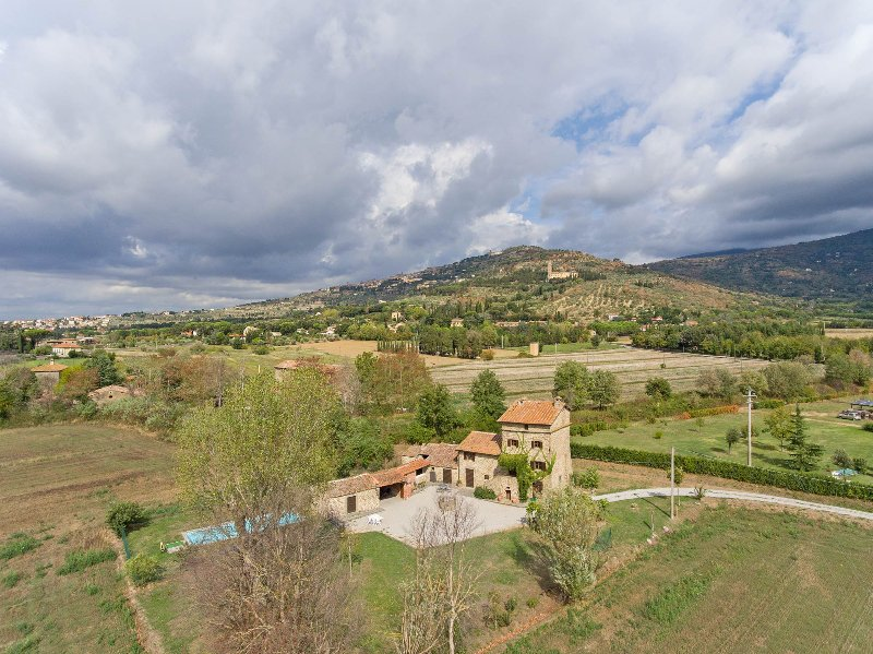 Montalla is located close to Cortona, only 2.5 km away. 4 bedrooms with pool!, holiday rental in Montalla