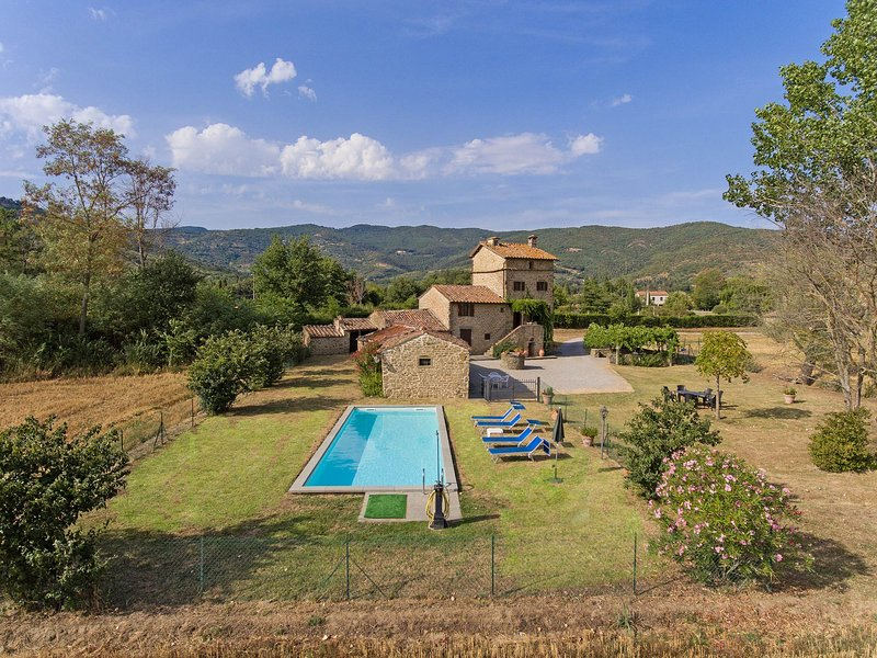 Villa Montalla, Cortona holiday home with private pool. 4 bedrooms for 7 persons, holiday rental in Montalla