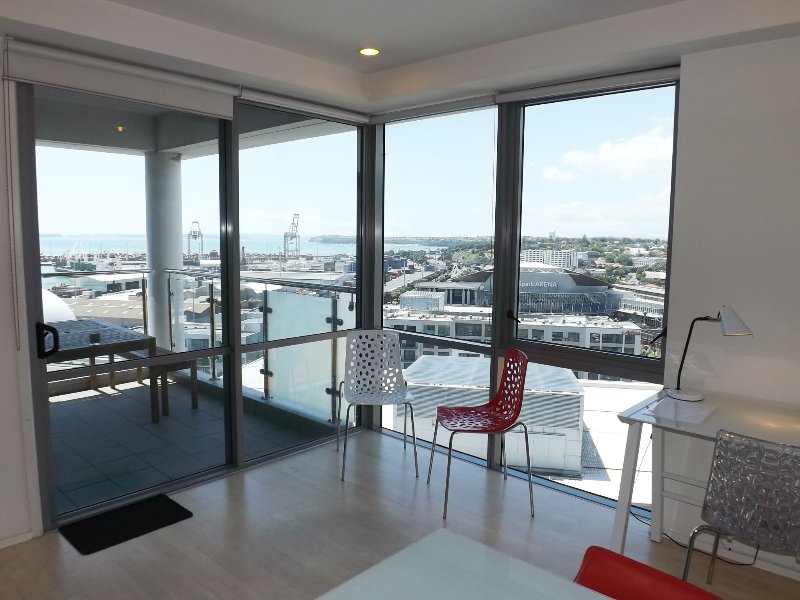 Amazing Harbour View from The Top Floor on Britomart CBD, holiday rental in Auckland Central
