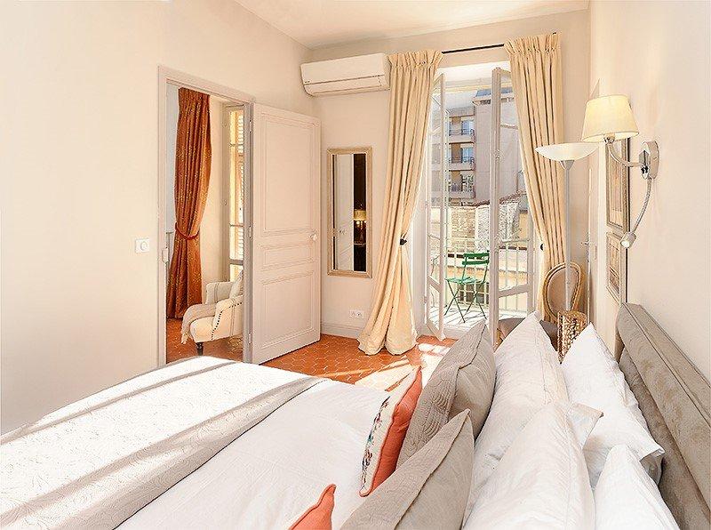 BED-a hotel quality Divan platform base pocket sprung mattress and mattress topper