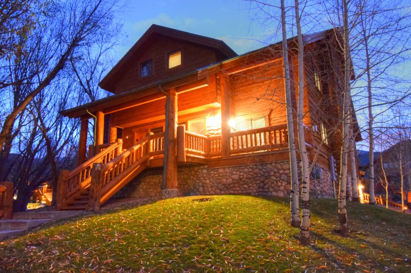 Timberwolf Timbers-Hot Tub-Cozy-Cabinesque, location de vacances à Snyderville
