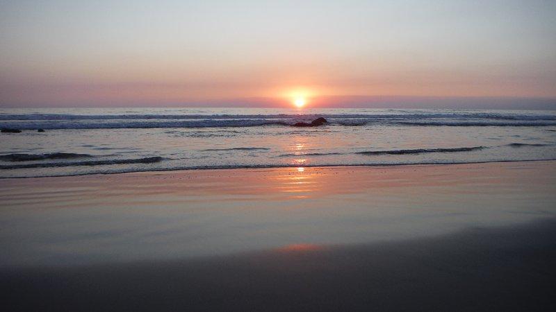 Couchers de soleil à la plage sont spectaculaires
