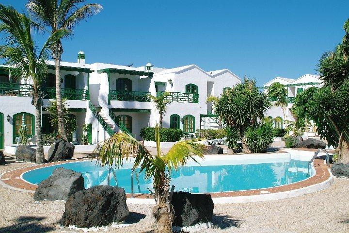 Top floor 1 BR apartment in small complex , swimmingpool, 2 min to the beach, aluguéis de temporada em Puerto Del Carmen