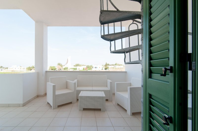 Rooftop Patio Beach Apartment, holiday rental in Pescoluse